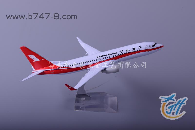名称:B737-800 上海航空 20cm 材质: 金属 比例: 1:200 长度: 20CM 包装: 彩盒独立包装 重量: 18KGS/箱 数量: 36PCS/箱 外箱规格: L39.5*W39.5*H50.5cm 产品特点: 根据真飞机标准图纸按比例缩小,采用梓合金材料纯手工制作而成,静态摆设飞机模型,彩盒独立包装,用于收藏、会议、商务及广告促销礼品,可按客户要求定制生产各种规格及涂装的飞机模型。