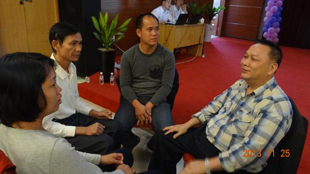 培訓班上公司的高層領導積極參加小組討論