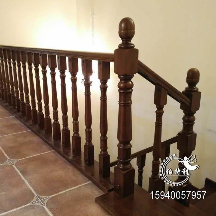沈阳伯特利楼梯批发实木楼梯立柱,花瓶楼梯立柱,楼梯起头大柱,实木楼梯扶手。可选择白茬立柱,也可以定做做油漆的实木楼梯立柱。 楼梯立柱扶手弯头的计算方法: 1.阳台、飘窗、楼梯护栏,一般1米围栏:包括5支小立柱,一米的实木扶手。 2.楼梯扶手的小立柱根据每个台阶的距离计算,踏板宽度25cm以下的一层踏步1支小立柱,25cm-35cm的两层3支小立柱,35cm以上的一层台 阶2支小立柱,扶手长度根据每跑距离计算。 3.