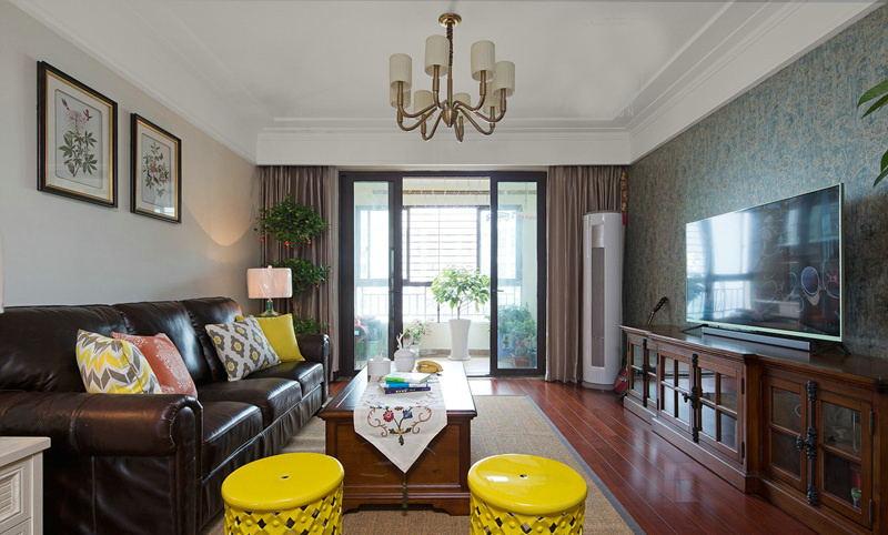 传统的木地板和皮质的沙发以及电视柜让整个客厅显得很有韵味