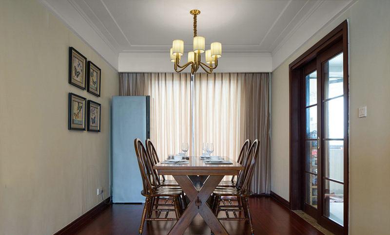 传统的木地板和皮质的沙发以及电视柜让整个客厅