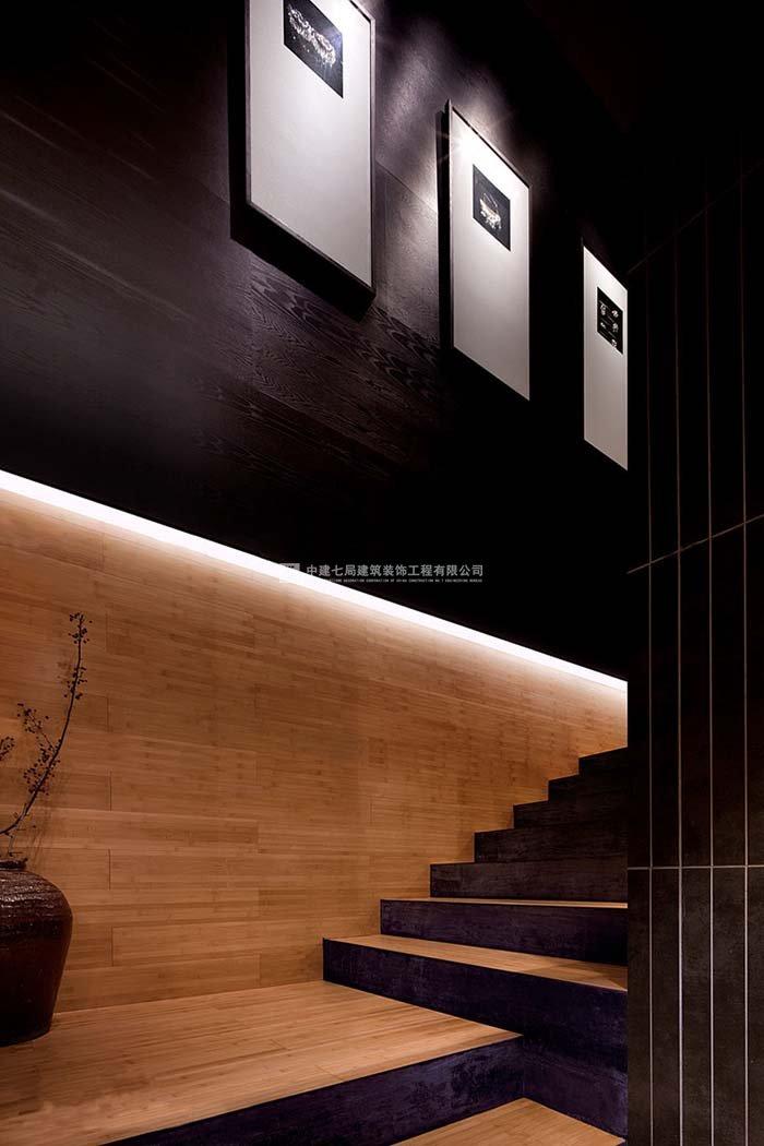 餐厅有很多种,我独爱日式料理店的美食。好的环境搭配美食必不可少,今日http://zj7j.cn.qiyeku.com小编给大家推荐一家不错的日本料理店装修环境。本案是极富日式主题特色的现代新轻小资主义餐厅设计案例。整体设计中大量采用了日本文化元素,将传统日本握寿司工作台、日本文化标志的榻榻米与轻小资主义现代风格饭店装修相结合,以满满的文化韵味和现代感提升了品牌店面的层次感,升华了顾客对于美食的体会。